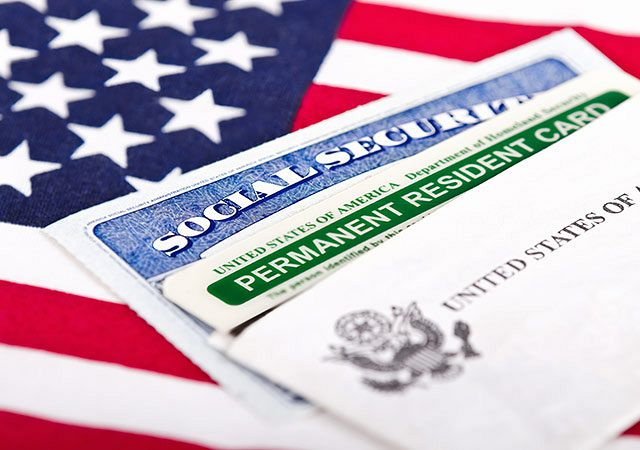 Difference Between a Green Card and Citizenship
